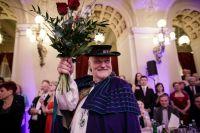 spokojený Mirek Konečný s květinou, kterou obdržel u příležitosti konání již 25. Moravského plesu v novodobé historii po roce 1989