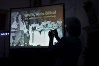 Na projekční ploše byly během pořadu promítány fotografie MVDr. Aloisem Běhalem